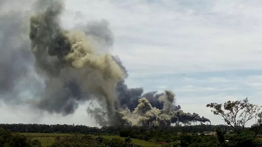 Fumaça na refinaria da Petrobras em Paulínia é avistada de longe (Foto: VC no G1)