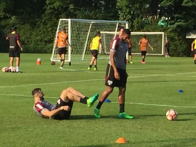 Jucilei e Pratto se divertem após treino de proteção e roubo de bola (Foto: Alexandre Lozetti)