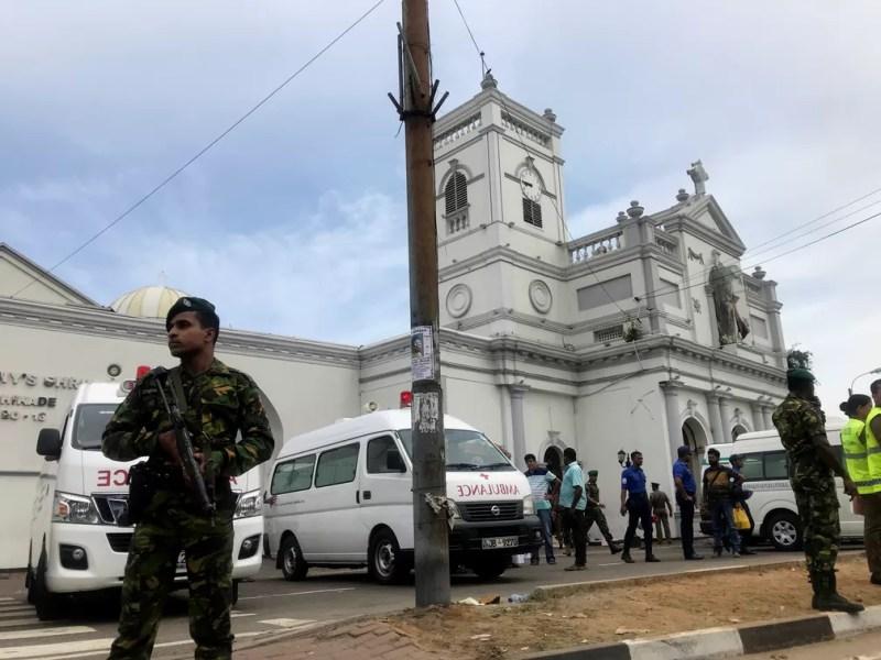 Militares isolam área próxima de igreja no Sri Lanka — Foto: Dinuka Liyanawatte/Reuters