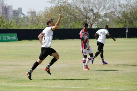 Tiago Bernardi comemora gol do Rio Branco (Foto: Sanderson Barbarini / Foco no Esporte)