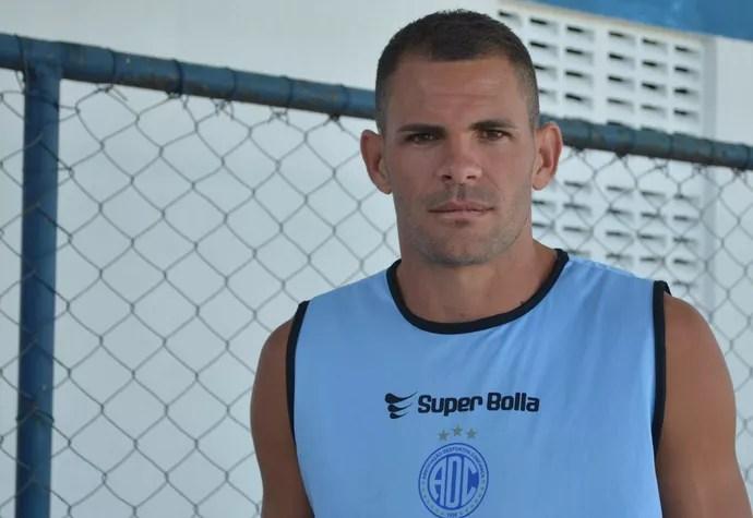 Wallace Pernambucano, meia do Confiança (Foto: Felipe Martins/GloboEsporte.com)