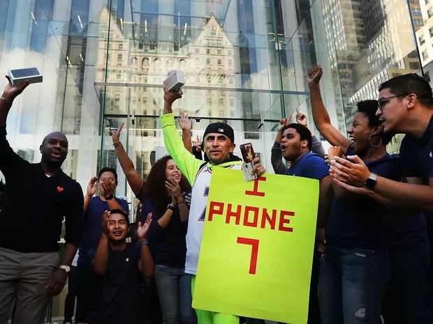 Um dos primeiros clientes a comprar um iPhone 7 sai de uma das lojas da Apple em Nova York (Foto: Spencer Platt/Getty Images North America/AFP)