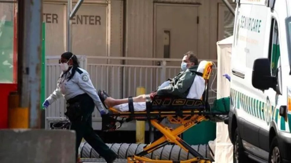 Recomendação do Ministério da Saúde é procurar o hospital só o quadro de saúde piorar, com dificuldade de respirar. — Foto: Getty Images via BBC
