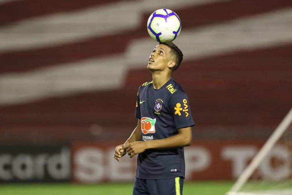 Pedrinho controla bola em treino da Seleção Olímpica — Foto: Marlon Costa/Pernambuco Pres