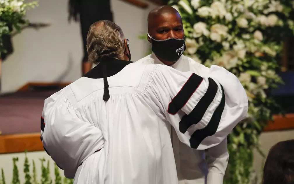 O reverendo Al Sharpton abraça o ator Jamie Foxx durante o funeral de George Floyd, na igreja Fountain od Praise, em Houston, Texas, na terça-feira (9) — Foto: Godofredo A. Vásquez - Pool/Getty Images/AFP
