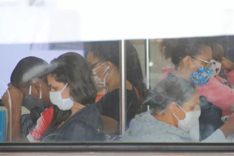 16 de maio - Pessoas são vistas na Linha 3-Vermelha do metrô de São Paulo (SP), neste sábado (16), com máscaras para se protegerem da Covid-19 — Foto: Willian Moreira/Futura Press via Estadão Conteúdo