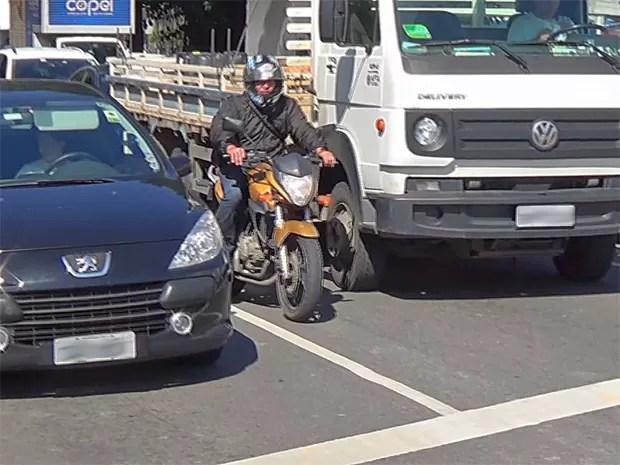 corredor_motos - Rodar com moto no corredor pode ser relativamente seguro, diz estudo