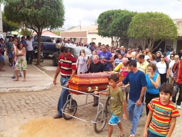 Familiares e amigos acompanharam o enterro da advogada Vanessa Ricarda, na zona rural de Parelhas (Foto: Anderson Barbosa/G1)