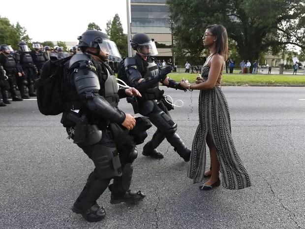 A imagem de Evans, impassível diante da tropa de choque, correu o mundo (Foto: REUTERS/Jonathan Bachman)