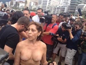 Rio: Manifestante mostra os seios em protesto em Ipanema (Foto: Renata Soares/G1)