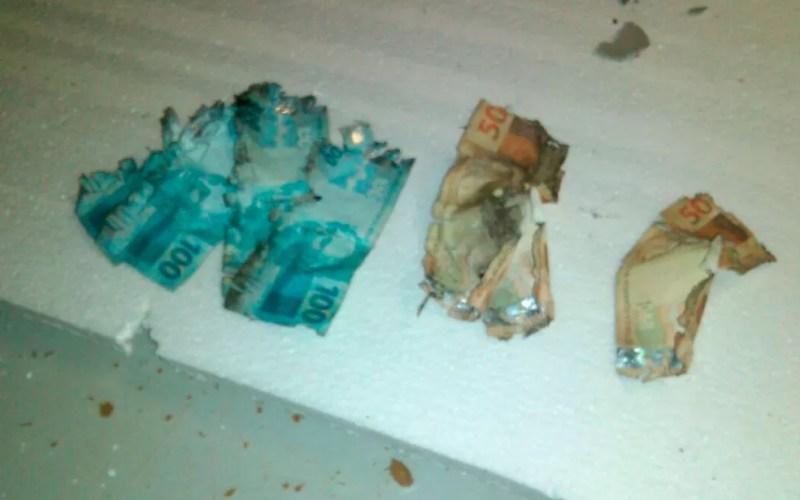 Cédulas foram encontradas queimadas no chão do estabelecimento (Foto: Edivaldo Braga / BlogBraga)