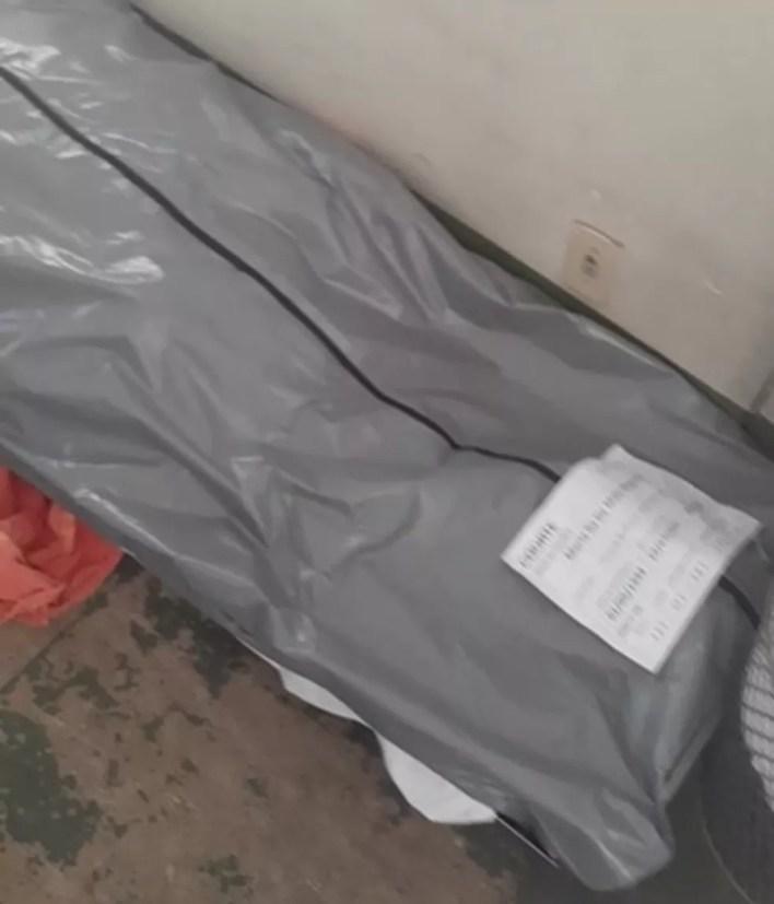 Corpo é armazenado no chão no Hospital Regional do Guará, no DF — Foto: Arquivo pessoal