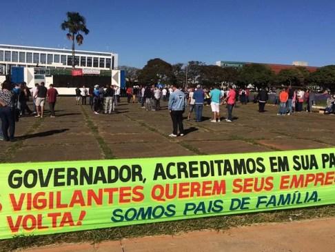 Faixa colocada por vigilantes em frente ao Palácio do Buriti, em Brasília, durante manifestação nesta segunda-feira (13) (Foto: Mateus Vidigal/G1)