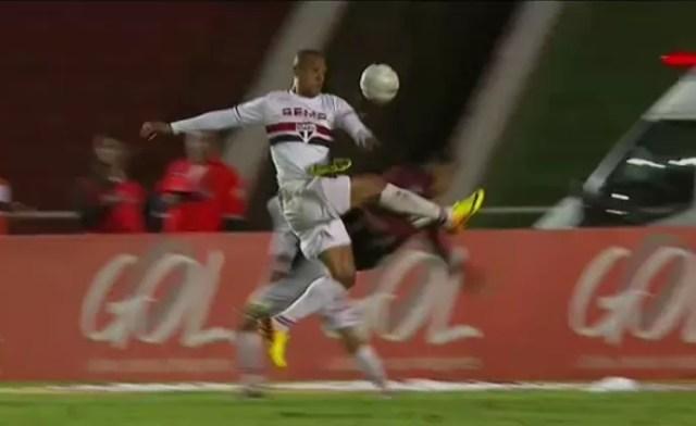 Luis Fabiano toca a bola com a mão e a desvia para a rede (Foto: Reprodução SporTV)