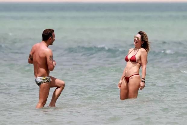 Flávia Alessandra e Matheus Mazzafera em praia em Jericoacoara (Foto: Agnews)