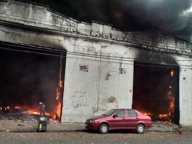 Depósito de pneus é atingido por incêndio no Centro de Santos (Foto: Alexandre Valdivia / TV Tribuna)