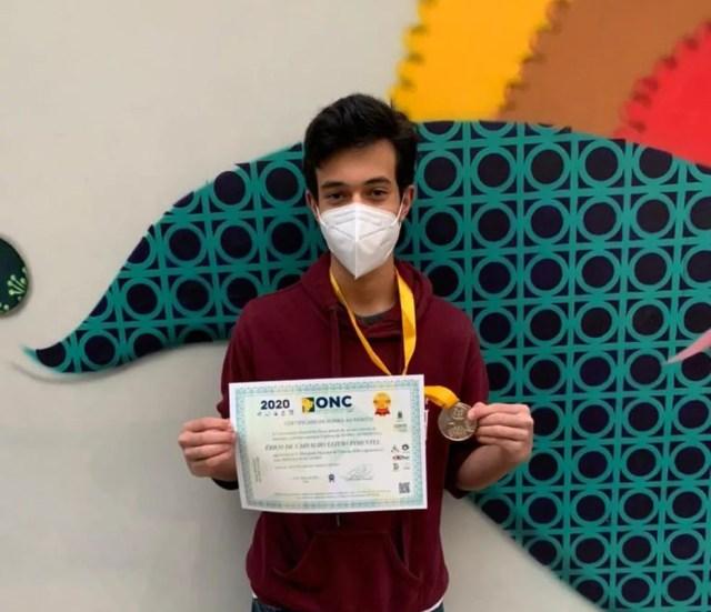 Érico de Carvalho Leitão Pimentel, de 16 anos, foi medalhista de bronze na Olimpíada Internacional de Biologia. Na foto de 2020, mostra quando ganhou ouro na Olimpíada Nacional de Ciências (ONC) de 2020 — Foto: Divulgação