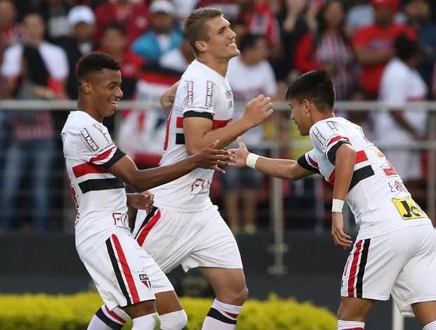 Lyanco, David Neres e Luiz Araújo comemoram gol do São Paulo