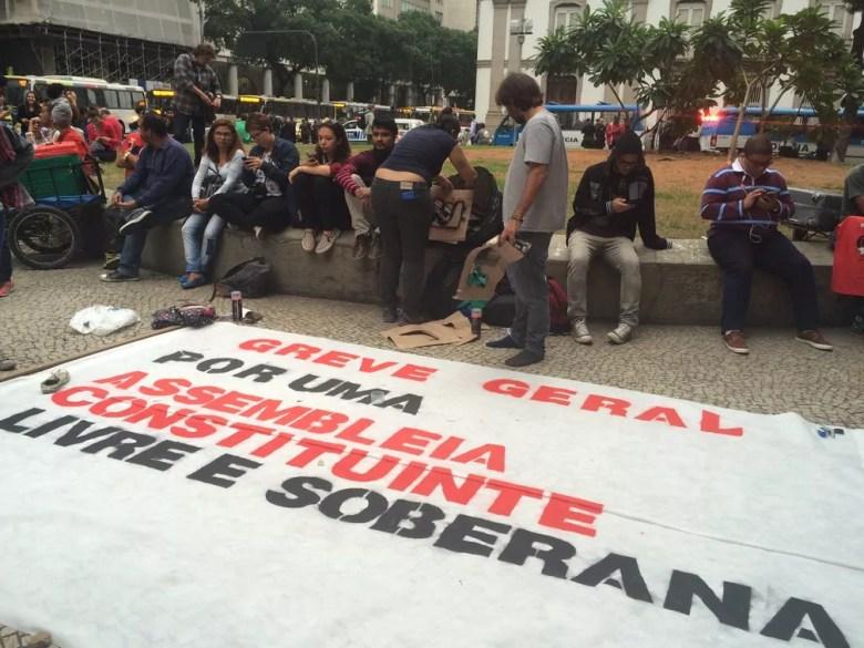 Concentração para ato que pede 'Diretas já' na Candelária (Foto: Matheus Rodrigues/G1)