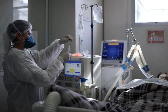 Profissional de saúde trata paciente com Covid em UTI do Hospital São Paulo, em São Paulo, no dia 17 de março — Foto: Amanda Perobelli/Reuters/Arquivo
