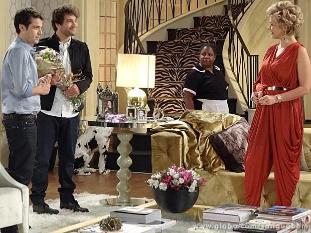 Fabinho chega com buquê e tudo para Bárbara Ellen (Foto: Sangue Bom/TV Globo)