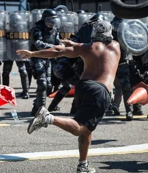 FOTOS: Choque do RJ treina para protestos com falsos manifestantes (Yasuyoshi Chiba/AFP)