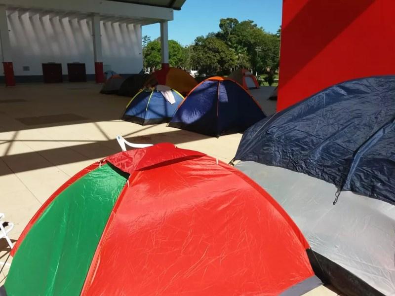 Estudantes chegaram a acampar em frente ao teatro da universidade para participar do protesto em Rio Branco  — Foto: Luízio Oliveira/Rede Amazônica Acre