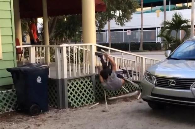 Jovem levou tombo ao andar com bicicleta em direção a escada e destruiu corrimão de casa (Foto: Reprodução/LiveLeak/toggle)
