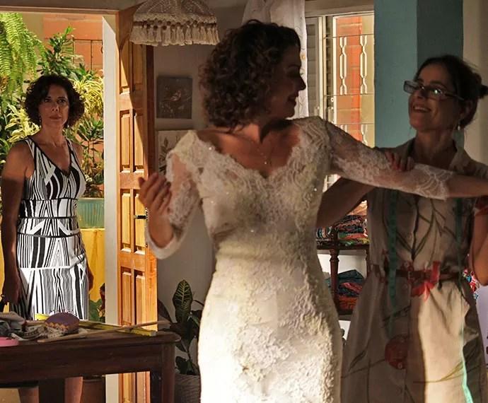 Clarice flagra Paulucha de noiva  (Foto: Rodrigo Dau/Gshow)