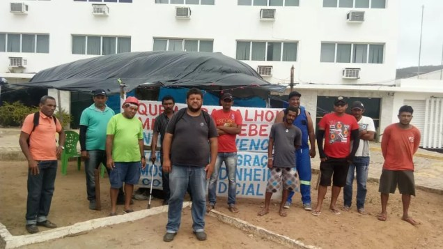 Ex-funcionários seguem acampados em frente ao escritório do Ministério da Integração Nacional. (Foto: Robson de Souza)