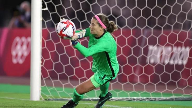 Stephanie Labbé defendeu duas cobranças do Brasil na disputa de pênaltis