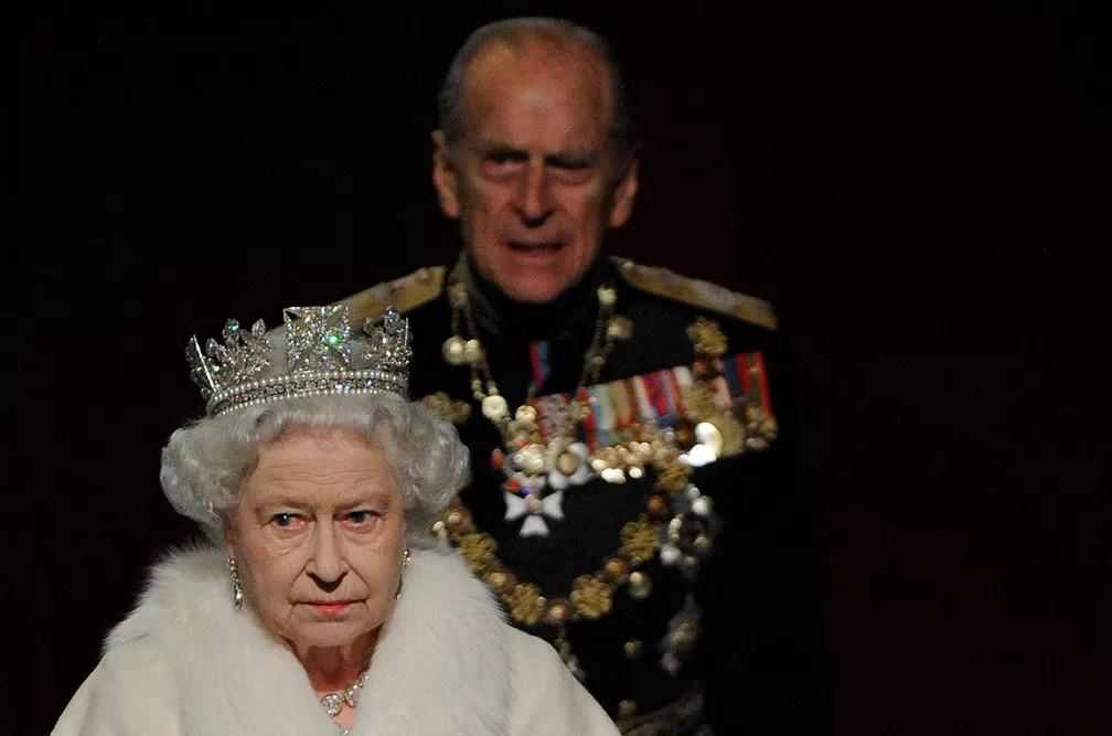 Philip e a rainha Elizabeth saem do edifício do Parlamento em foto de 2009 (Foto: Toby Melville/Reuters)