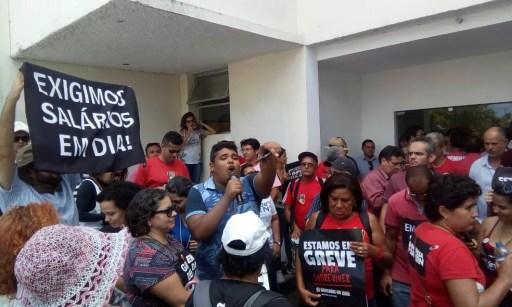 Entrada lateral da Governadoria do RN também foi fechada por manifestantes, que tentaram ocupar o prédio neste segunda-feira (13), em Natal (Foto: Divulgação/Aduern)