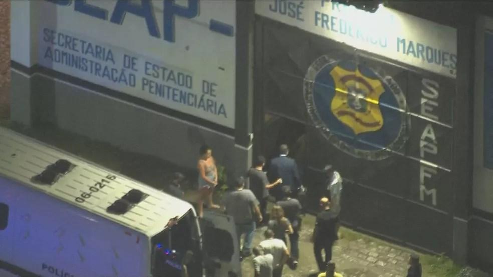 Marcelo Crivella entra no Presídio de Benfica — Foto: TV Globo