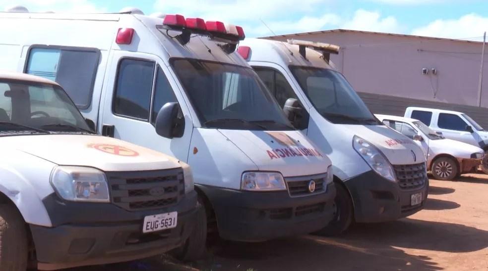 Duas ambulâncias estão paradas e aguardam chegada de peças para conserto (Foto: Júnior Freitas/G1)