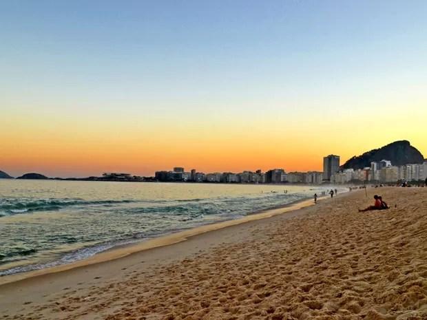Praia de Copacabana fica iluminada em final de tarde no Rio (Foto: Juliana Borges Basilio/VC no G1)