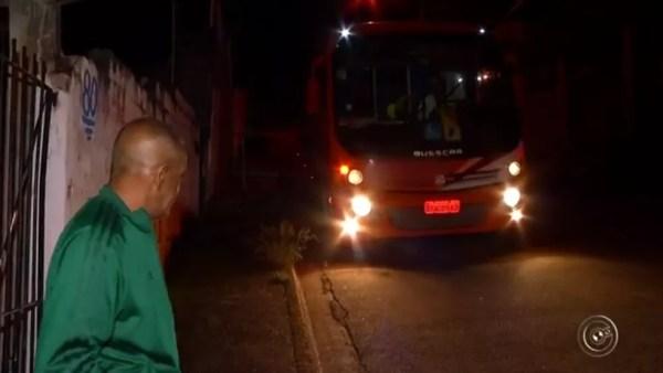 Pacientes viajam de ônibus para cidades da região de Jundiaí para tratamento (Foto: Reprodução/TV TEM)