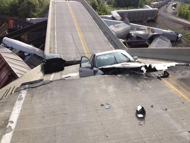 Cinco dos feridos estavam em carros que passavam sobre o viaduto (Foto: Reuters)