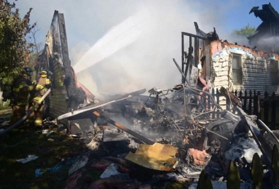Destroços do avião sobre a casa (Foto: The Republic, Joe Harpring)