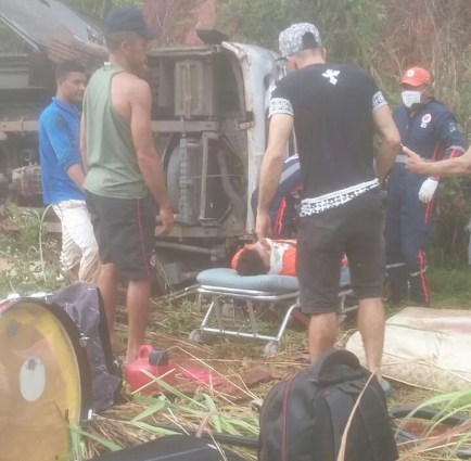 Passageiros são socorridos após acidente com van do cantor Cristiano Neves (Foto: Divulgação/PM)