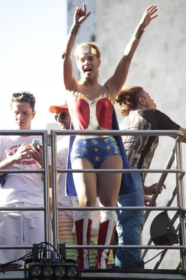 Carolina Dieckmann dança muito em trio de Preta Gil (Foto: Isac Luz/EGO)