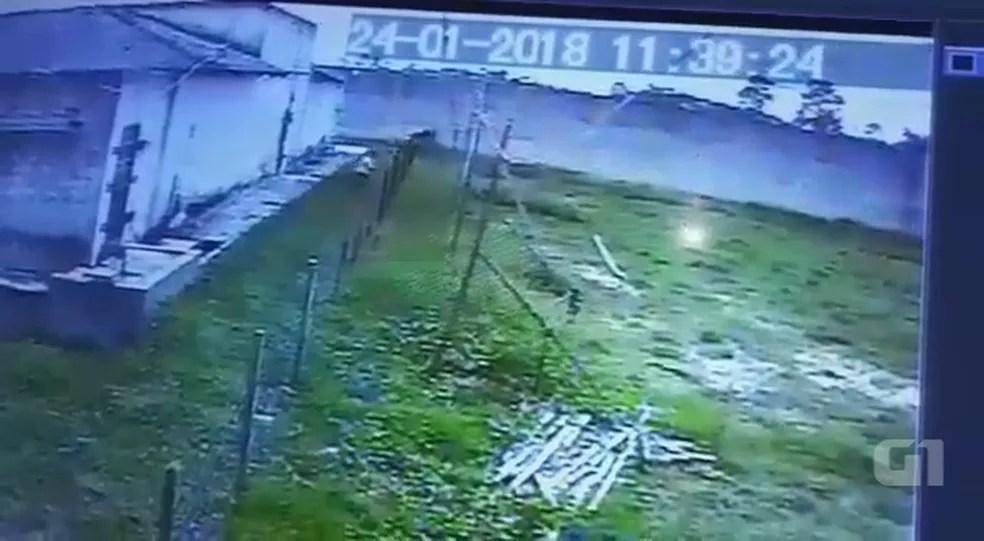 Câmera flagrou momento da fuga dos oito presos em unidade de Tarauacá (Foto: Reprodução)