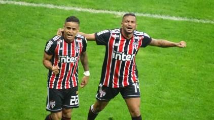 Reinaldo, do São Paulo, comemora ao lado de Everton, que deve voltar a ser titular — Foto: Gabriel Duarte