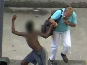 Menor de idade rouba cordão no Centro do Rio (Foto: Reprodução/ TV Globo)