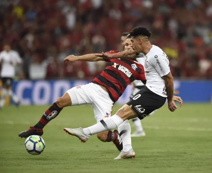 Volante Douglas teve uma das melhores chances do Corinthians na partida contra o Flamengo — Foto: André Durão