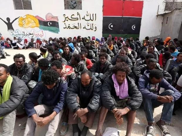 Migrantes que esperavam chegar à Europa de barco foram presos na Líbia nesta terça-feira (21) (Foto: AFP PHOTO / MAHMUD TURKIA)