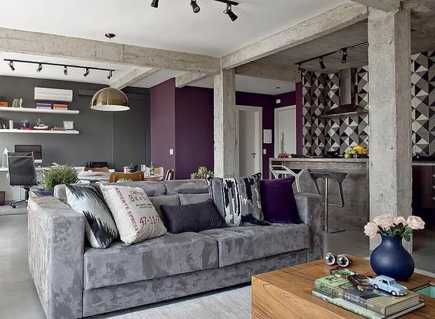 A sala, a cozinha e o terceiro quarto foram integrados, formando um grande living com vigas de concreto aparentes. Projeto da arquiteta Gabriela Marques (Foto: Edu Castello/Casa e Jardim)