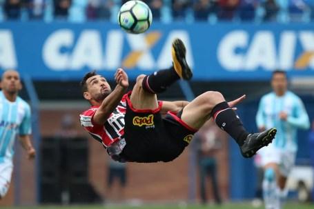 Gilberto em ação contra o Avaí (Foto: Rubens Chiri / saopaulofc.net)