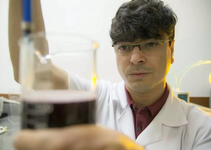 Pesquisador Adriano Camargo realizou estudo sobre pele de amendoim na Esalq (Foto: Divulgação/Rodrigo Alves)