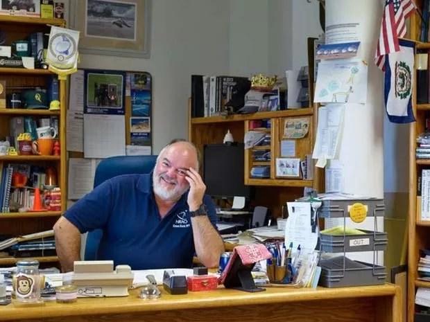 Mike Holstine, gerente do local em que fica o telescópio da 'zona do silêncio', nos EUA (Foto: Emile Holba/ BBC)
